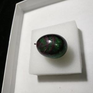 一个红绿宝石坠