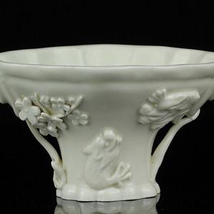 28明代德化窑白釉龙虎纹爵杯