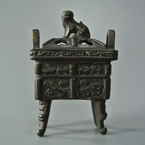 清晚期瑞兽钮四方鼎式铜炉