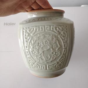 民国豆青刻花方罐