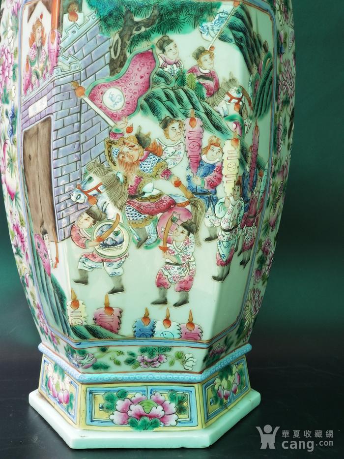 粉彩开光人物故事六方瓶一对图2