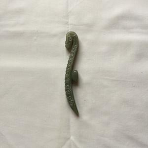 B5 青玉浮雕龙纹带钩 14.5cm     100