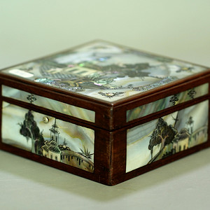 37清晚红木嵌螺钿亭台楼阁纹盖盒