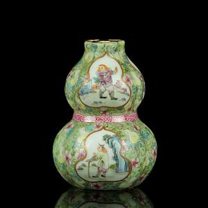 46清粉彩开光西洋人物纹三孔葫芦瓶