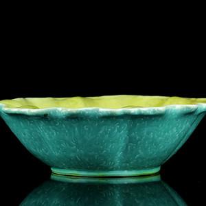 53清嘉庆粉彩松石绿堆白缠枝花卉纹荷叶碗