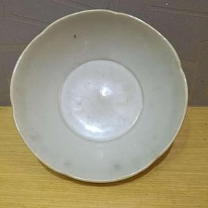 五代白釉葵口碗