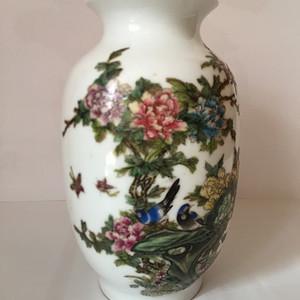 172 居仁堂款 粉彩花鸟纹灯笼瓶  高19cm    200 400