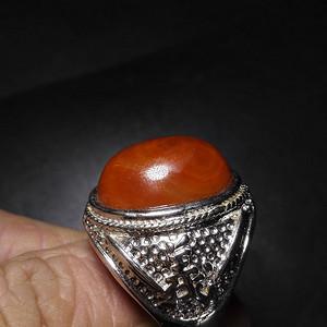 嵌南红的戒指