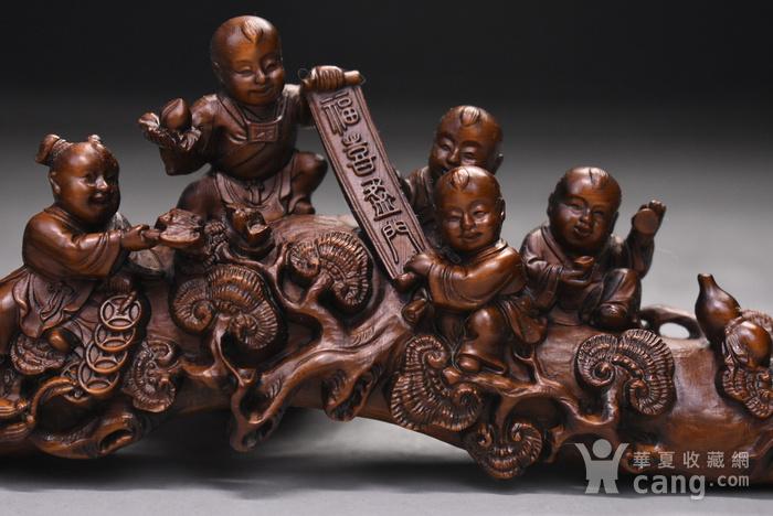 旧藏小叶黄杨木雕五福临门人物如意摆件,长30cm,品相完好,木料上乘,雕工精细,造型生动形象,包浆醇厚。 【藏品材质】:黄杨木雕是浙江地区的传统民间雕刻艺术之一,已列入第一批国家级非物质文化遗产名录。黄杨木,有木中君子之称,其生长习性和木材特性被披上一件神秘的外衣:有人说它不怕火烧,有人说它遇闰年不生长甚至缩短,其木制品被视为百毒不侵、镇恶辟邪的吉祥物。 因为种种传说,黄杨木深受人们爱戴。资深红木收藏专家董义介绍,黄杨木雕是传统木雕艺术中的一个门类,它与东阳浮雕、龙眼木雕、金漆木雕并称为中