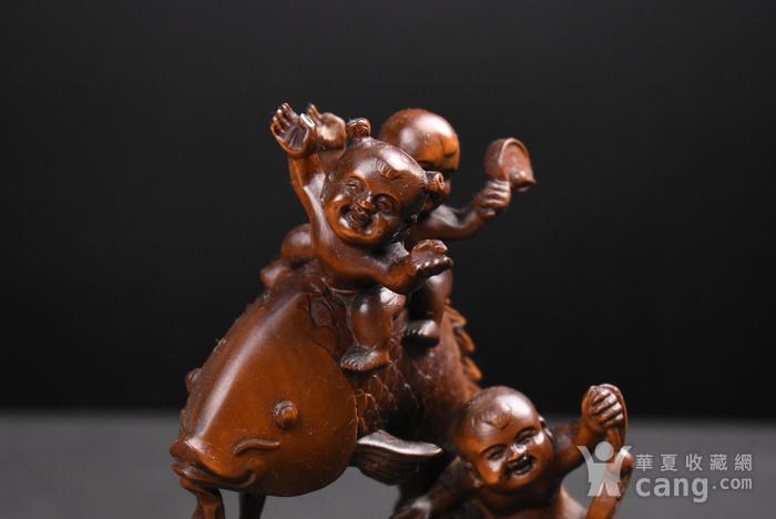 旧藏小叶黄杨木雕五福临门人物摆件,高约18cm,品相完好,木料上乘,雕工精细,造型生动形象,包浆醇厚。 【藏品材质】:黄杨木雕是浙江地区的传统民间雕刻艺术之一,已列入第一批国家级非物质文化遗产名录。黄杨木,有木中君子之称,其生长习性和木材特性被披上一件神秘的外衣:有人说它不怕火烧,有人说它遇闰年不生长甚至缩短,其木制品被视为百毒不侵、镇恶辟邪的吉祥物。 因为种种传说,黄杨木深受人们爱戴。资深红木收藏专家董义介绍,黄杨木雕是传统木雕艺术中的一个门类,它与东阳浮雕、龙眼木雕、金漆木雕并称为中国