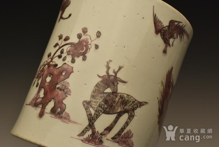 清早期釉里红猴鹿纹笔筒图3