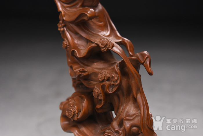 旧藏小叶黄杨木雕天女散花人物摆件,高23cm,品相完好,木料上乘,雕工精细,造型生动形象,包浆醇厚。 【藏品材质】:黄杨木雕是浙江地区的传统民间雕刻艺术之一,已列入第一批国家级非物质文化遗产名录。黄杨木,有木中君子之称,其生长习性和木材特性被披上一件神秘的外衣:有人说它不怕火烧,有人说它遇闰年不生长甚至缩短,其木制品被视为百毒不侵、镇恶辟邪的吉祥物。 因为种种传说,黄杨木深受人们爱戴。资深红木收藏专家董义介绍,黄杨木雕是传统木雕艺术中的一个门类,它与东阳浮雕、龙眼木雕、金漆木雕并称为中国四