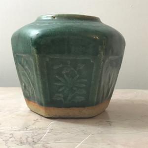 7003 清 绿釉暗刻四季花卉六角罐