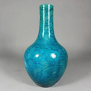 乾隆孔雀蓝云龙暗刻天球瓶