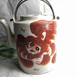 民国时期钒红太狮少狮提梁壶一件