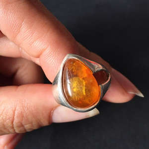 8124欧洲回流老银镶嵌心形琥珀戒指