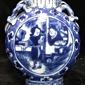 一个晚期青花抱月瓶