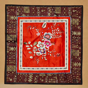 清代红色缎地绣花卉图