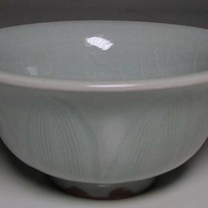 龙泉窑粉青釉莲瓣纹小碗