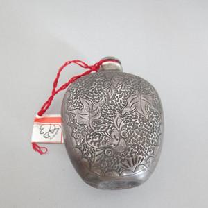 银质錾刻荷莲金鱼鼻烟壶