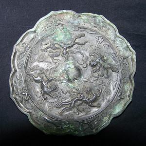 青铜神兽人物纹菱花镜