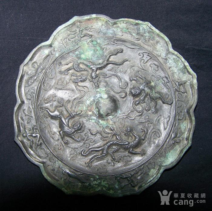 青铜神兽人物纹菱花镜图1