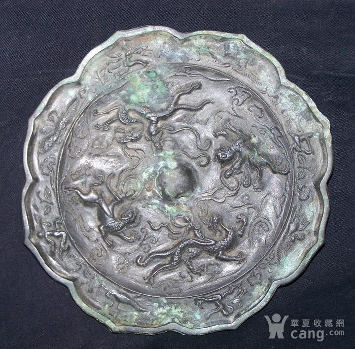 青铜神兽人物纹菱花镜图2