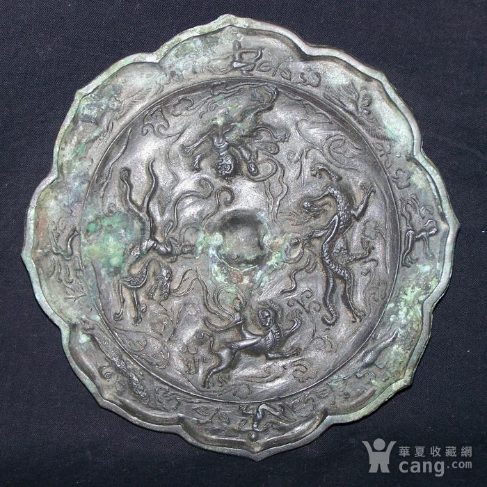 青铜神兽人物纹菱花镜图3