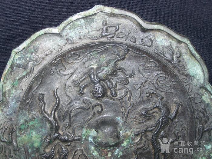 青铜神兽人物纹菱花镜图4