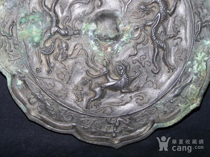 青铜神兽人物纹菱花镜图5