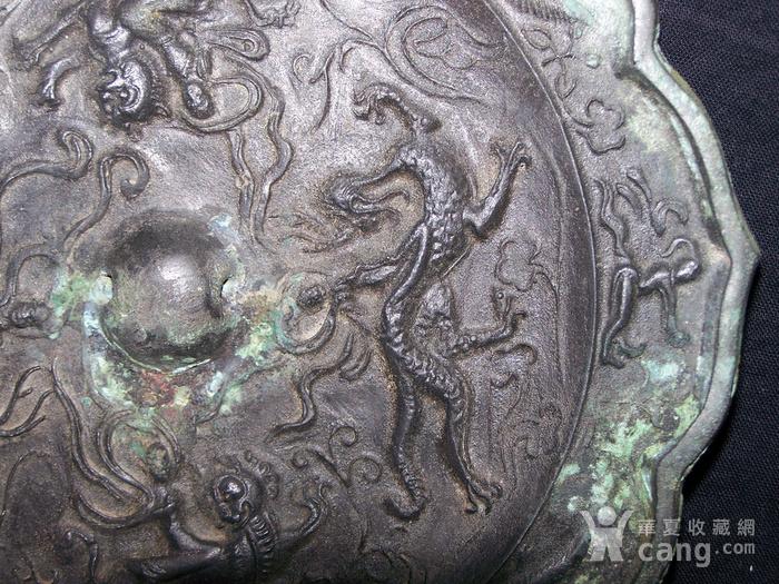 青铜神兽人物纹菱花镜图7