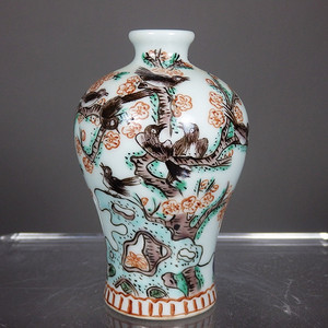 清代粉彩喜鹊梅花绘画梅瓶
