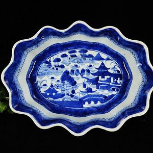 乾隆青花山水楼台绘画莲花边荷叶碗