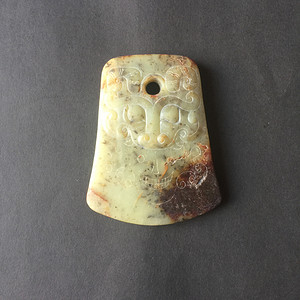 C26 青玉浮雕兽面纹斧
