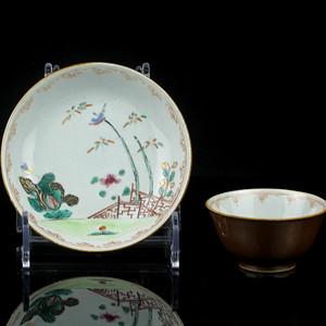 8清早期外紫金釉内粉彩庭院花鸟纹杯碟一套