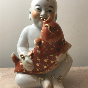 7536 建国初瓷雕童子执鱼