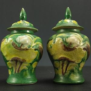 国内直邮清晚浮雕绿釉雕瓷瓶 一对