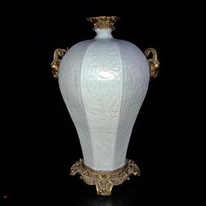 精品回流本金影青浮雕瓷镶铜花卉纹羊头耳梅瓶