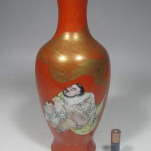 精品民国珊瑚红地粉彩人物观音瓶