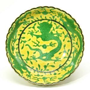 清道光 黄地绿彩暗刻龙纹花口小盘