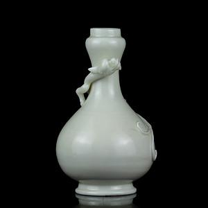 10清德化窑白釉盘龙蒜口瓶