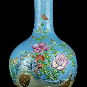 58清乾隆款刻瓷粉彩安居乐业纹天球瓶