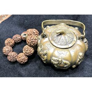 回流一件铜壶送核雕