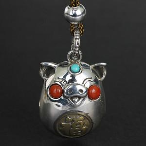 《金猪抱福》纯银宝石手工铃铛吊坠