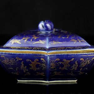 19清乾隆蓝釉描金宝相花纹盖盒