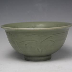 36元代龙泉窑剔花卉纹大碗