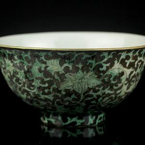 25清乾隆粉彩瓜皮绿釉缠枝莲纹莲子碗