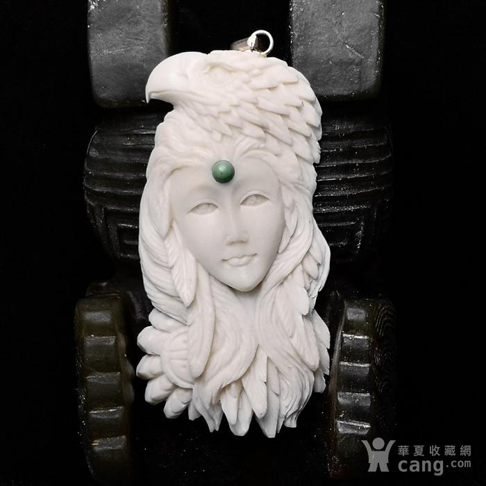 苏工精雕西藏玩鹰少女挂坠图1