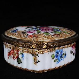 维多利亚时期粉彩花卉绘画鎏金心型盖盒