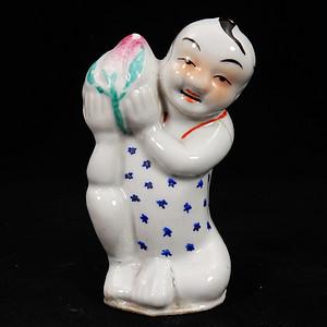 清代粉彩寿桃童子塑像